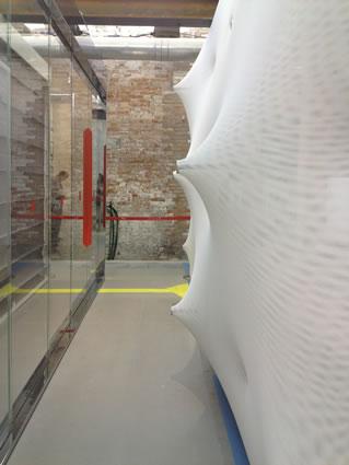 <p><strong>10.</strong> 2014 Venedik Mimarlık Bienali &ldquo;Mimarlığın Ögeleri&rdquo; sergisi &ldquo;Duvar&rdquo; bölümü.<br />  Fotoğraf: Esin Kömez  Dağlıoğlu, 24 Temmuz 2014.<strong></strong></p>