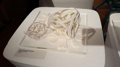 <p><strong>10. </strong>Eğrisel katlanmalar (Curve  Creases FoldTetrahedra Polytopal Concept Model<br />  Fotoğraf: Şengül Öymen  Gür, 2016.</p>