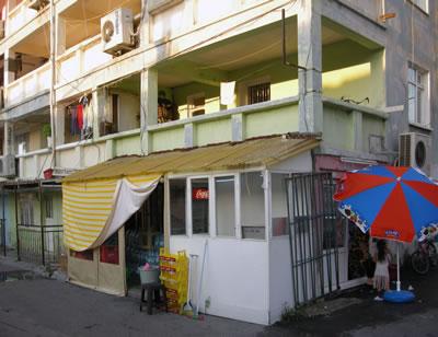 <p><strong>10.</strong> Ege Mahallesi Sosyal  Konutları, zemin katta yer alan dükkânların dönüşümü (1969-1970), 2014.<br />  Fotoğraf: Kıvanç Kılınç</p>