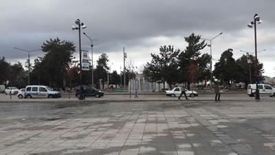 <p><strong>Resim  10. </strong>Erzurum Halkevi  Binasının Parselinden Cumhuriyet Meydanı ve Atatürk Heykeline Bakış<br />  Kaynak: Yazarın kişisel  arşivi</p>