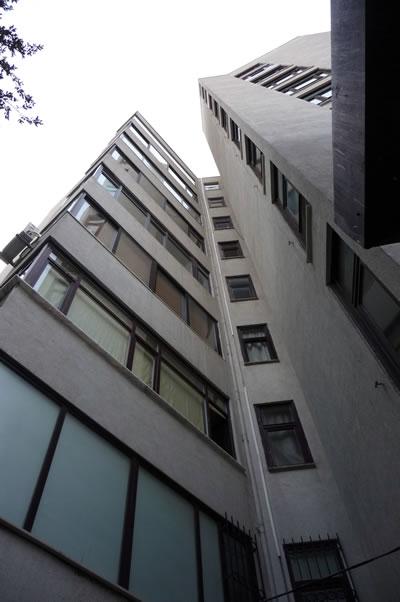 <p><strong>10. </strong>Kaplancalı  Apartmanı kitlesi<br />  Fotoğraf: B. S. Coşkun, 15.11.2010.</p>