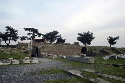 <p><strong>Resim  10.</strong> Asklepion  Tapınağının üç numaralı bakı noktasından günümüzdeki görünümü<br />  Fotoğraf: N.  E. Karabağ, Şubat 2016</p>