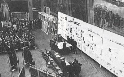 <p><strong>10. </strong>60 lı yılların başında mimarlık jürilerinin yapıldığı  ünlü &ldquo;Melpomene&rdquo; salonunda bir değerlendirme seansı<br /> Kaynak:  URL1.</p>