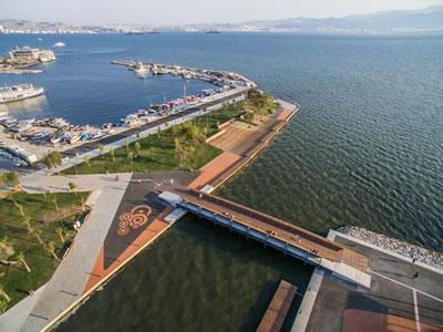 <p><strong>10.</strong> Bostanlı Yaya Köprüsü ve Gün Batımı  Terası tepeden görünüş<br />   Kaynak:  Stüdyo Evren Başbuğ</p>