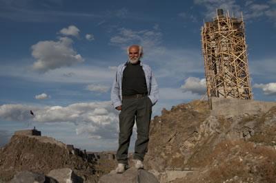 <p><strong>10.</strong> Mehmet Aksoy, Kars Kalesi ile inşa  halindeki İnsanlık Anıtı arasında, Eylül 2009</p>