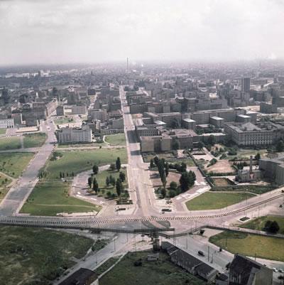 <p><strong>10. </strong>Berlin  Duvarı, Potsdamer Platz, 1962.<br />   Kaynak: businessinsider.com/berlin-wall-today-compared-to-before-it-fell-photos-2018-2  (Fotoğraf: Edwin Reichert /AP)<strong></strong></p>