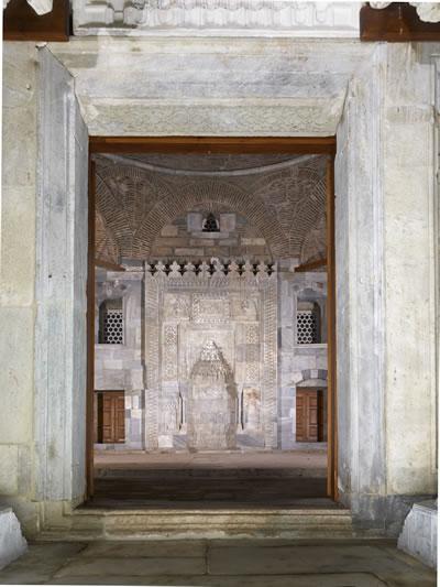 10. Caminin kapısı ve mihrabın görünümü (© Cemal Emden)