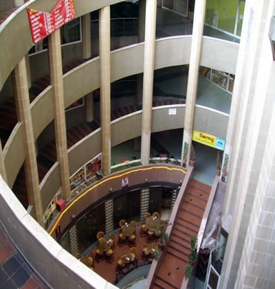 <p><strong>10b.</strong> Asansör kuleleri, rampalar, dairesel  iç mekân ve avlu olarak tanımlanan alandaki pastane<br />  Fotoğraf: Gülşah Güleç,  2011</p>