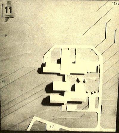 <p><strong>Resim 10b.</strong> Erzurum Atatürk  Üniversitesi Ziraat Teknolojisi ve Ev Ekonomisi Binası Mimari Proje Yarışması, Önalın  1. Ödül alan projeyi değerlendirme krokisi ve projenin maket fotoğrafı<br />Kaynak: Mimarlık, 1972, sayı: 102, s.37.