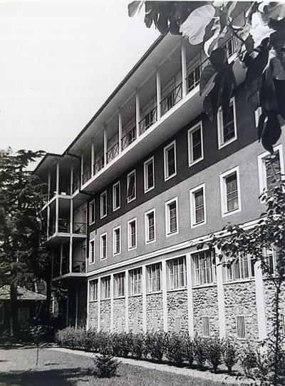<p><strong>11.</strong> Amerikan Hastanesi Hemşireler İlavesi,  İstanbul.<br />  Kaynak: Tanju, Bülent;  Tanyeli, Uğur, 2009, <strong>Sedad Hakkı Eldem  II: Retrospektif</strong>, Osmanlı Bankası Arşiv ve Araştırma Merkezi, İstanbul.</p>