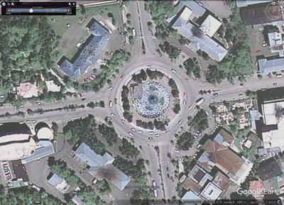 <p><strong>Resim  11.</strong> Resim Heykel  Müzesi ve Galeri Müdürlüğü Binası ve diğer müdahaleler sonrası Halkevi ve  Cumhuriyet Meydanı, Haziran 2009<br />  Kaynak: Google Earth</p>