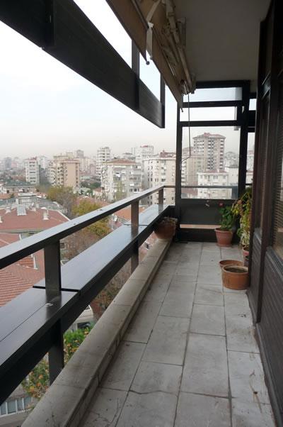<p><strong>11. </strong>Kaplancalı  Apartmanı balkon korkulukları (içeriden)<br />  Fotoğraf: B. S. Coşkun, 15.11.2010.</p>