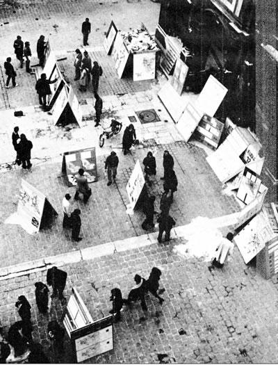 <p><strong>11.</strong> Kasım ayında okul avlusunda Tony Garnier Atölyesi  projeleri sergisinde projelerin yırtılışı<br /> Kaynak:  Archives Nationales, Jean-Louis Violeau, 2005</p>
