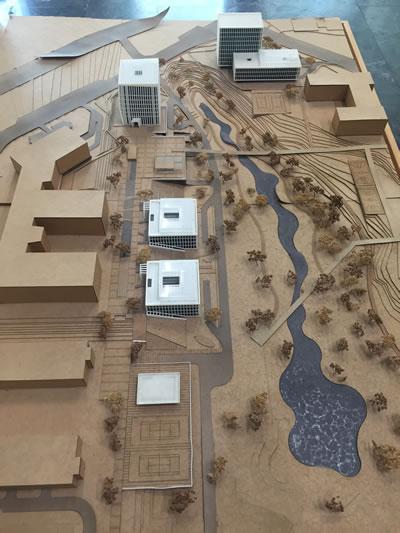 <p><strong>11.</strong> Teknopark master plan maketi (Paker-Kahvecioğlu tarafından tasarlanan yapılar,  Yönetim Binası, Kuluçka Merkezi ve diğer Ar-Ge Yapıları beyaz ile  vurgulanmıştır.)<br />   Fotoğraf: Funda Uz</p>