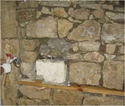 <p><strong>11.</strong> Özgün  taş örgüsü ve yapılan müdahale<br />   Kaynak:  SAYKA İnşaat Mimarlık Mühendislik</p>