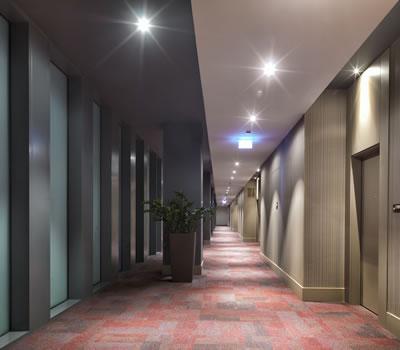 <p><strong>11.</strong> Buzlu camla kaplı otel odalarının  bulunduğu koridor<br />   Fotoğraf: Cemal Emden</p>