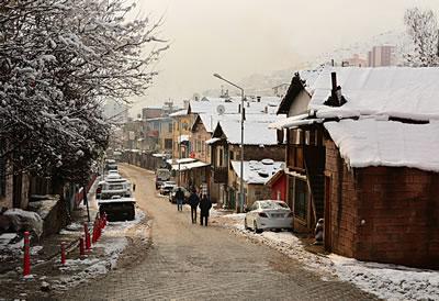<p><strong>11.</strong> Kentin ana aksını oluşturan İnönü  Caddesinden kış görünümü</p>