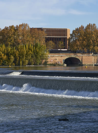 <p><strong>11.</strong> Université  Toulouse 1 Capitole, School of Economics, Garonne Kanalı kıyısında bir yapı<br />   Fotoğraf: Dennis Gilbert<strong></strong></p>