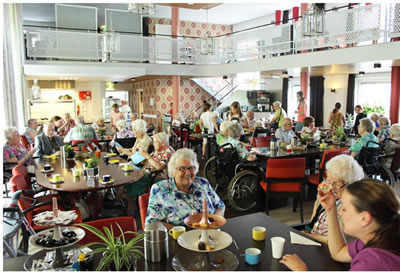 "<p><strong>11.</strong> Hollandada  öğrenciler ve yaşlıların bir arada konakladığı ortak konuta ait yemek salonu<br /> Kaynak: Cooke,  Lacy, 2016, ""New Dutch Housing Model  Lets Students Stay at a Senior Living Home for Free"", <strong>Inhabitat</strong>.</p>"
