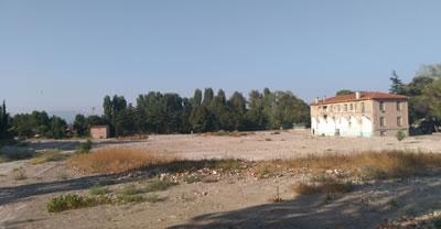 <p><strong>11. </strong>İpekiş Mensucat  Fabrikasının 2016 yılındaki yıkımı sonrası alanın günümüzdeki durumu<br /> Fotoğraf: Gürkan Okumuş</p>