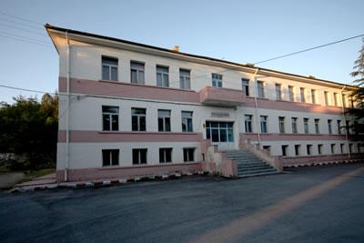 <p><strong>11.</strong> Çifteler Köy Enstitüsü'nün Hamidiye kolundaki Usta  Sili Layoş ve öğrenciler tarafından inşa edilen üç katlı yapı. (Resim 9'da sarı  ile gösterilen yönetim yapısı ve Resim 10'da görülen yapı), 2012 <br />Fotoğraf:  Alper Elitok</p>