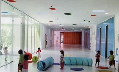 <p><strong>11</strong>.  Temel renklerin detaylarda kullanımı, &quot;Pablo Neruda Kindergarten&quot; <br /> Kaynak: Kotnik, 2011</p>