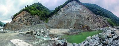 <p>Yapılacak olan HES projesi kapsamında gerçekleştirilen büyük doğa tahribatı,  Arhavi Vadisi, Artvin.</p>