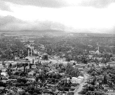 <p><strong>1.</strong> Denizli Delikliçınar  Meydanı, 1961<br />Kaynak: www.dengizli.com [Erişim 04.09.2014]</p>