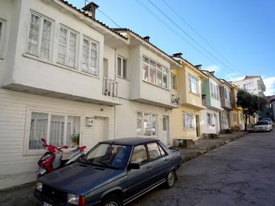 <p><strong>11.</strong> İki Kat+Çatı Katlı<strong> </strong>Sıra Evler (dükkânlı evler), Sokak  Cephesi, 2009 </p>