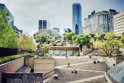 <p>1973 yılında Vancouver, Robson Meydanı'nda gerçekleştirilen açık alan  tasarımında erişilebilirlik adına getirilen merdiven-rampa kombinasyonu:  Stramps (stair/ramps) Mimar: Arthur Erickson<br />Kaynak: alumni.dal.ca</p>