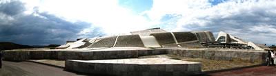 <p><strong>Resim  1. </strong>Yapı  yörenin doğal peyzajını, tarihî otlak yollarının izlerini, Ortaçağ yerleşiminin  mekân kurgusunu dikkate alarak doğal bir yükselti biçiminde tasarlanmıştır.<br />Kaynak: upload.wikimedia.org/wikipedia/commons/3/36/Cidade_da_Cultura_-_01_-Panoramica. jpg?uselang=tr [Erişim: 01.08.2015]