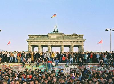 <p><strong>1.</strong> Berlin Duvarı <br />Kaynak: www.internethaber.com/berlin-duvari-boyle-yikilmisti-foto-galerisi-37090-p14.htm [Erişim: 21.02.2015]