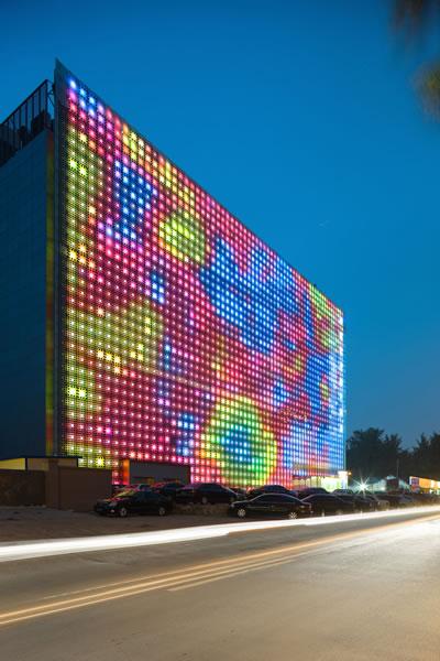 <p><strong>11.</strong> Greenpix - Zero Energy Medya Duvarı. Xicui Eğlence Komleksi, LED ışıklarıyla  gece yapılacak ışık gösterilerinden bir örnek. <br />Kaynak: foto.delfi.lv/show_display.php?id=3749724&mode=0&salt=4K1K3A.jpeg [Erişim: 03.07.2015]