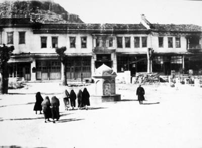 <p><strong>Resim  1. </strong>19.  yüzyılın sonunda Hükümet Konağı'nın kuzey cephesinden Konakaltı Meydanı'nın görünümü<br />  Kaynak: Muğla Belediyesi</p>