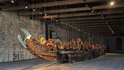 <p><strong>1. </strong>Darzanà Projesinin  gösterişli yerleştirmesi, Venedik Arsenali<br />  Fotoğraf:  Caner Bilgin</p>