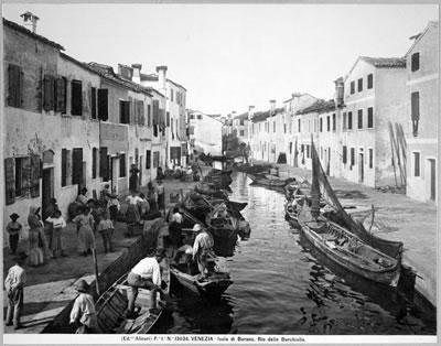 <p><strong>1.</strong> &ldquo;Bir Pavyon İki Etkinlik: 2016  Venedik Bienali Türkiye Pavyonundan Hareketle Mimarlığın Toplumsallığı Üzerine  Çeşitlemeler&rdquo; etkinliğinin Facebook duyuru fotoğrafı: &ldquo;Göçten Önce Çevre,  Avrupa Şehirlerindeki Hayat Standartları, Venedikteki Toplumsal Şartlar&rdquo;</a>,  Fratelli Alinari, 1905.<br />Kaynak: Harvard Sanat Müzesi arşivi.</p>