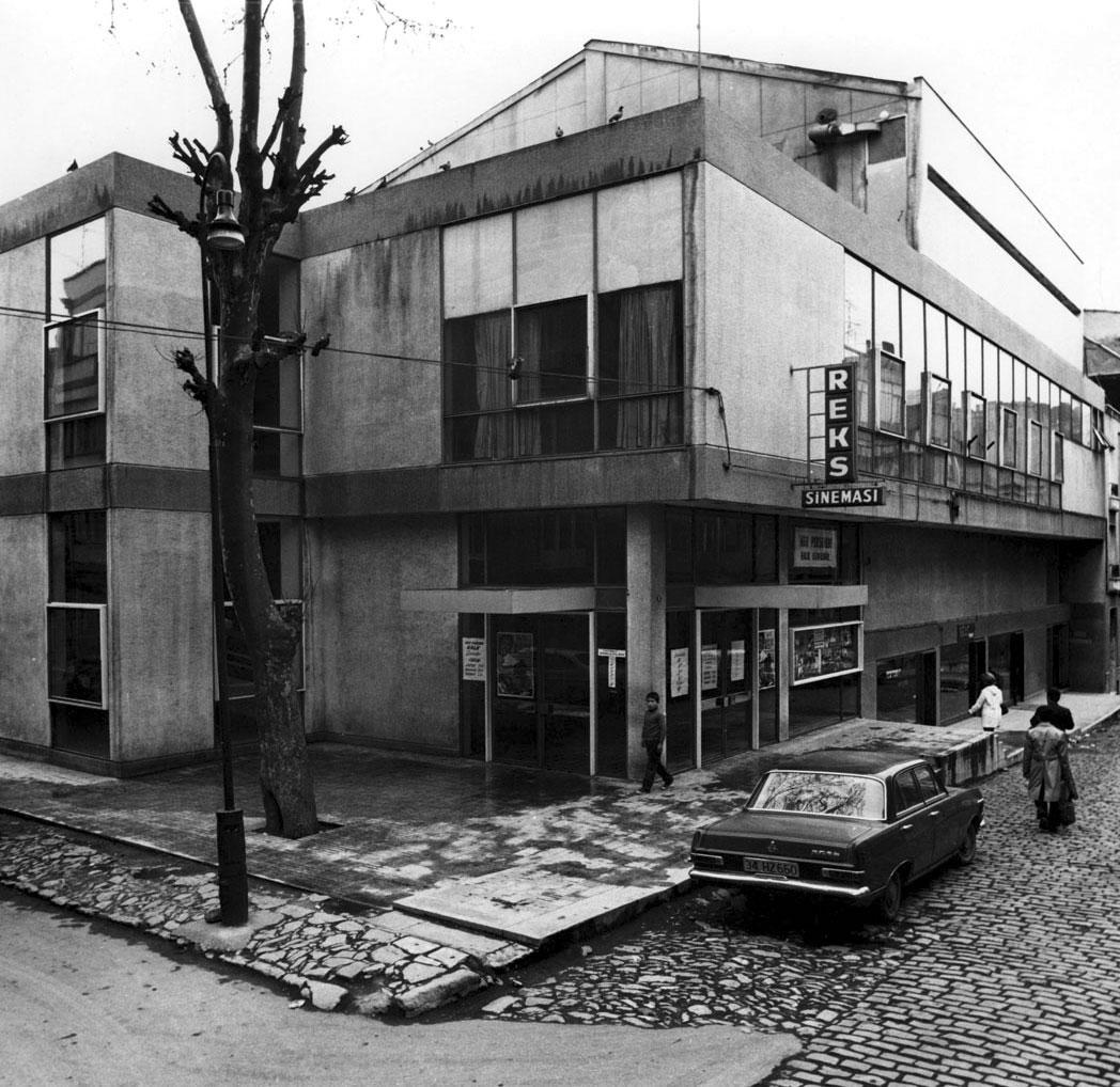 <p><strong>11a. </strong>Yapının  ilk yıllarına ait fotoğraflar, giriş, fuaye ve salon<br />   Kaynak: Mimarlar Odası  İstanbul BK Şener Özler Arşiv ve Dokümantasyon Merkezi</p>