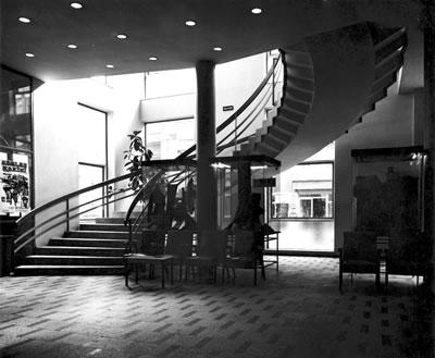 <p><strong>11b. </strong>Yapının  ilk yıllarına ait fotoğraflar, giriş, fuaye ve salon<br />   Kaynak: Mimarlar Odası  İstanbul BK Şener Özler Arşiv ve Dokümantasyon Merkezi</p>