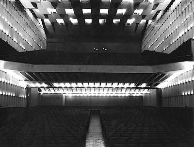 <p><strong>11c. </strong>Yapının  ilk yıllarına ait fotoğraflar, giriş, fuaye ve salon<br />   Kaynak: Mimarlar Odası  İstanbul BK Şener Özler Arşiv ve Dokümantasyon Merkezi</p>