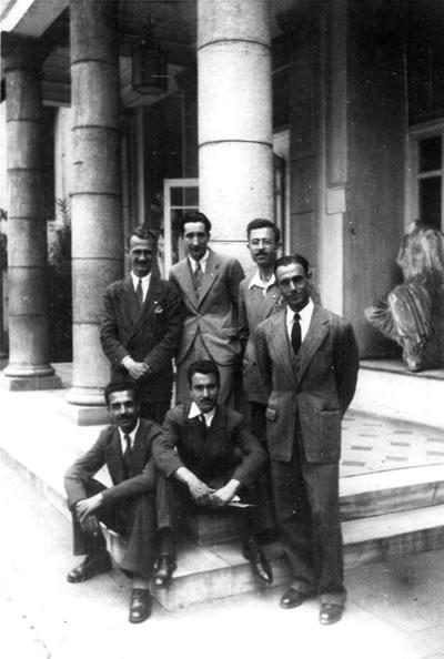 <p><strong>1.</strong> Güzel Sanatlar  Akademisinde öğrencilik günleri, 1942, (ayaktakiler soldan) bilinmiyor, Tahir  Berzak, Ahmet Nural, Yunus Erk, (oturanlar soldan) Veli Camcıoğlu, Maruf Önal<br />  Kaynak: Mimarlar Odası İstanbul BK Şubesi Arşivi</p>