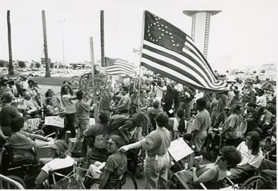 <p><strong>1. </strong>1994,  Las Vegas. ADAPT organizasyonu tarafından düzenlenmiş, çoğu tekerlekli sandalye  kullanıcısı olan kişilerin &ldquo;sakat hakları ve özgürlük&rdquo; mücadelesi için  yaptıkları eylem.<br />Fotoğraf: Tom Olin, www.exploregram.com/grassroots-activists-from-the-disability-rights-group-adapt-protest-in-las-vegas [Erişim: 13.11.2016]