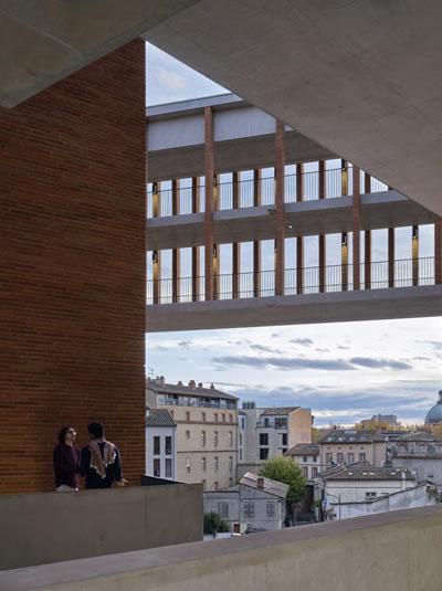 <p><strong>12. </strong>Université  Toulouse 1 Capitole, School of Economics, yapıdan Toulouse kentine bakış<strong></strong><br />   Fotoğraf: Dennis Gilbert</p>