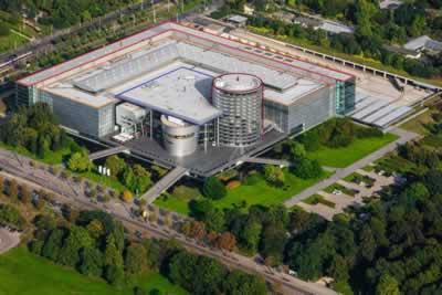 <p><strong>12.</strong> Volkswagen Şeffaf  Fabrikasının hava fotoğrafı. 1) Sergi  alanı, 2) Montaj bölümü, 3) Merkezî hacim (sosyal ve idari birimler), 4) Depo ve  sergileme alanı.<br />   Kaynak: www.volkswagen-newsroom.com/en/press-releases/volkswagen-sachsen-gmbh-the-transparent-factory-dresden-336  [Erişim: 30.07.2019]</p>