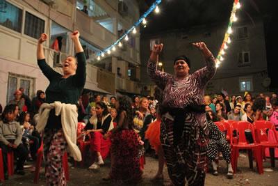 <p><strong>12.</strong> Ege Mahallesinde Hıdırellez Şenlikleri, 2015.<br />  Fotoğraf. Oral Gerek</p>