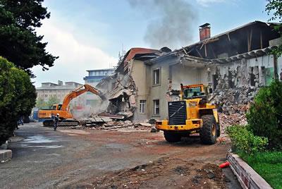 <p><strong>Resim  12.</strong> Erzurum  Halkevinin yıkım sürecinden görüntü<br />Kaynak: http://puskulcu.blogspot.com.tr/2012_05_01_archive.html [Erişim: 14.11.2015]
