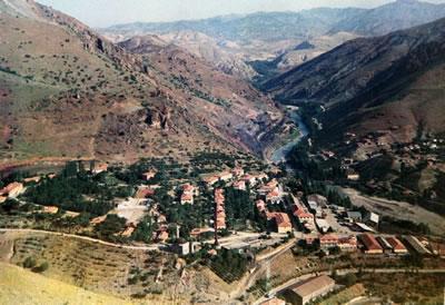 <p><strong>1.</strong> Cürek maden sitesi<br />Divriği Belediyesi Arşivi,  1950 ler, Tam Yılı Bilinmiyor</p>