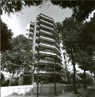 <p><strong>1. </strong>Kaplancalı  Apartmanı güney cephesi<br />  Kaynak:  Mimarlar Odası İstanbul Büyükkent  Şubesi, Şener Özler Arşiv ve Dokümantasyon Merkezi, Maruf Önal Arşivi.</p>