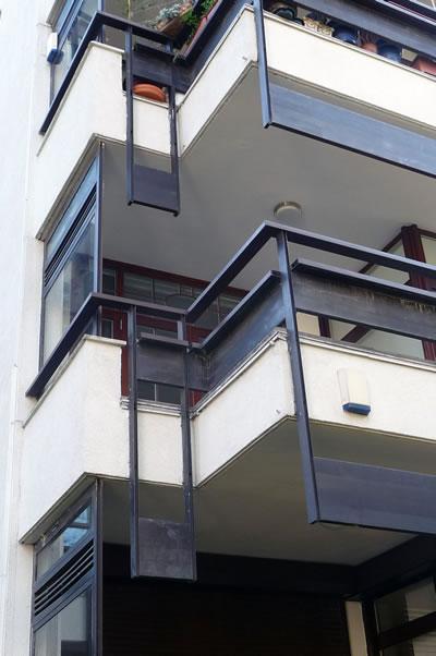 <p><strong>12. </strong>Kaplancalı  Apartmanı balkon korkulukları (dışarıdan)<br />  Fotoğraf: B. S. Coşkun, 15.11.2010.</p>