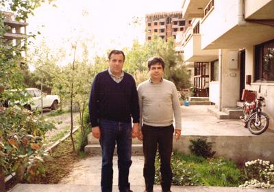 <p>Selim  İlkin ve İlhan Tekeli birlikte, Ankara, Mayıs 1985.<br />Kaynak:  İlkin ailesi</p>
