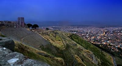<p><strong>Resim  1.</strong> Önemli bir  turist çekim noktası olan Bergama Akropolden kente bakış.<br />  Kaynak: Bergama Belediyesi</p>